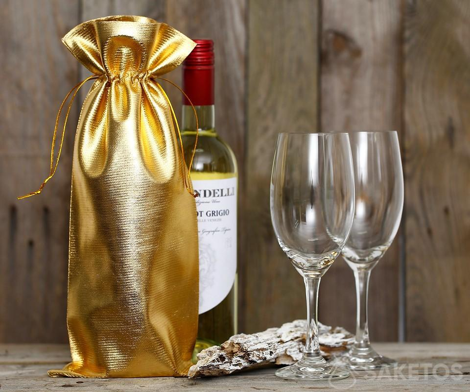 Una bottiglia di vino avvolta in un sacchetto metallico dorato