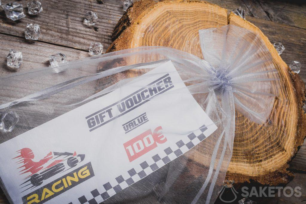 Biglietti per go-kart confezionati in un sacchetto di organza
