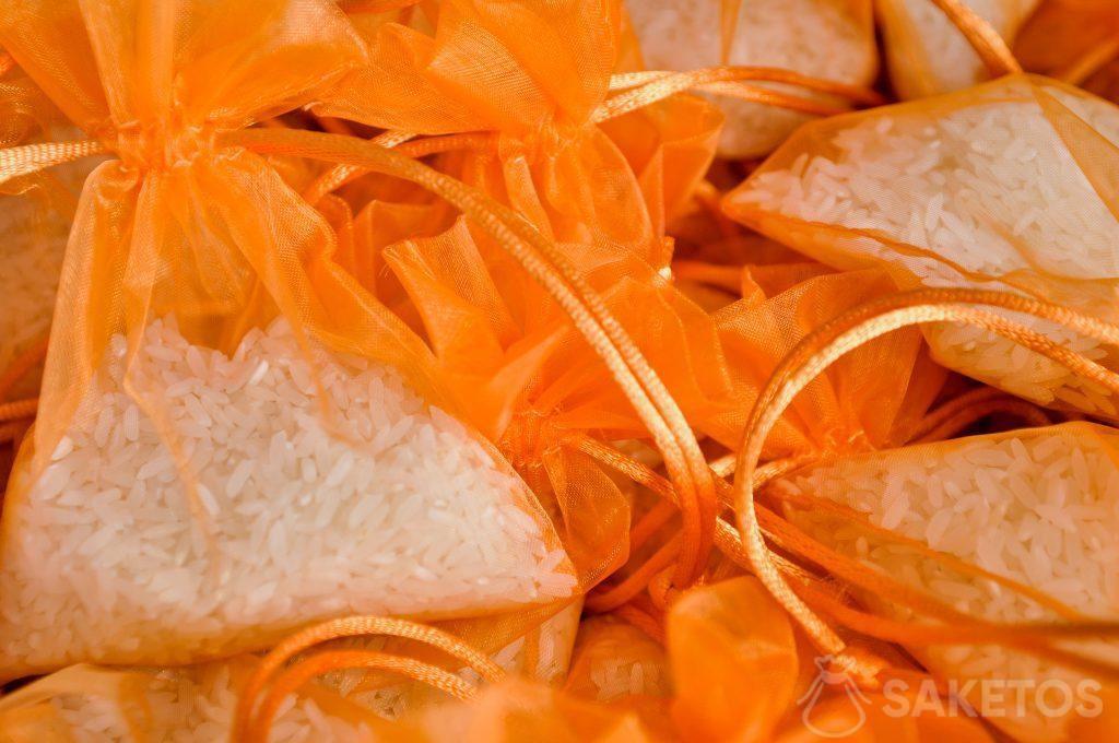 Sacchetti di organza arancioni con riso