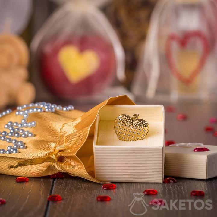 Gioielli in una confezione regalo realizzata con un sacchetto di raso dorato