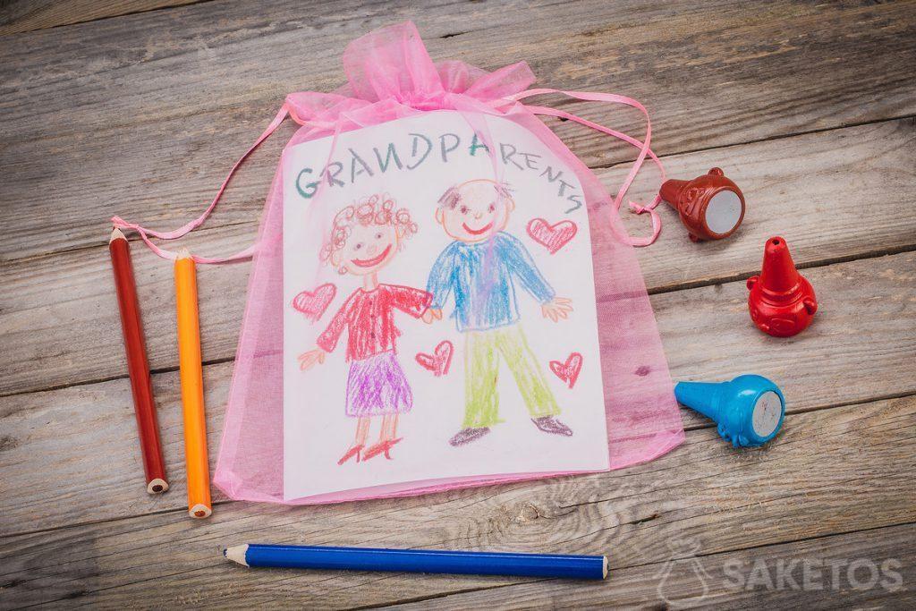 Regalo: un biglietto di auguri per i nonni confezionato in un sacchetto di organza