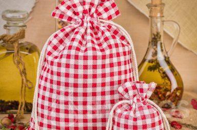 I sacchetti di lino a quadretti rossi sono un'ottima decorazione per il ripiano della cucina o per una mensola