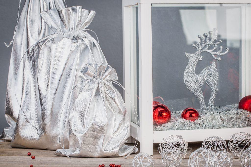Decorazioni per la casa fatte con sacchetti metallici