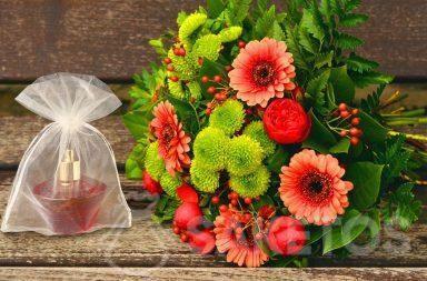 Set regalo per una donna - mazzo di fiori e profumo in un sacchetto di organza