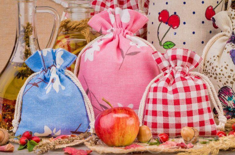 Sacchetti in lino con stampe colorate per le decorazioni domestiche. Il sacchetto di organza è un'elegante confezione per candele.