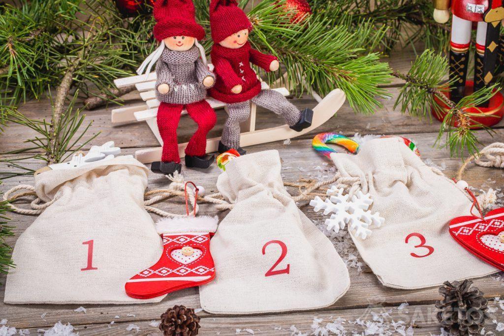 I sacchetti di lino consentono di creare un calendario dell'Avvento in stile rustico.I sacchetti di lino consentono di creare un calendario dell'Avvento in stile rustico.