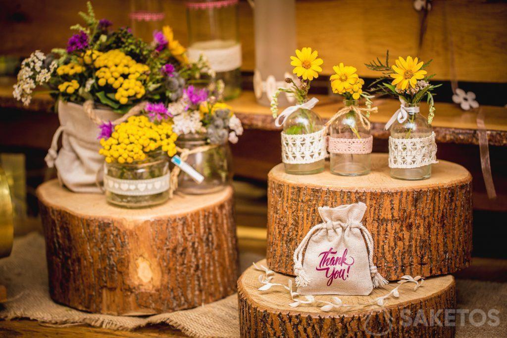 Borse di lino come decorazione di vasi di fiori e confezioni per regali per gli invitati al matrimonio