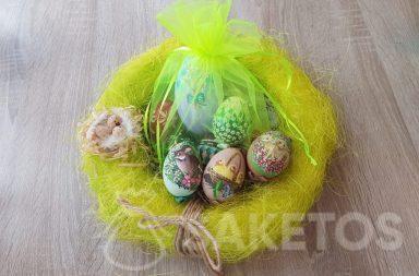 Uova di Pasqua dipinte a mano in bustine di organza verde neon.