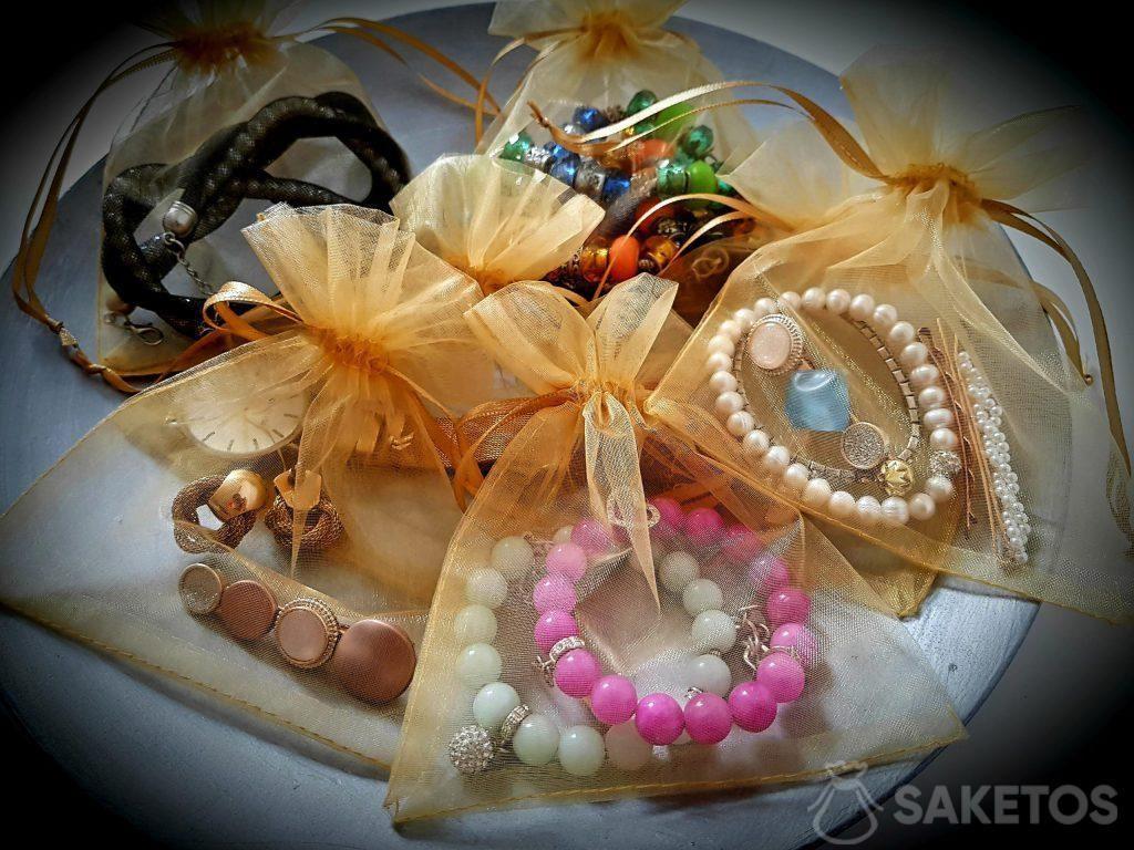 I sacchetti di organza terranno al sicuro i tuoi gioielli durante il viaggio!