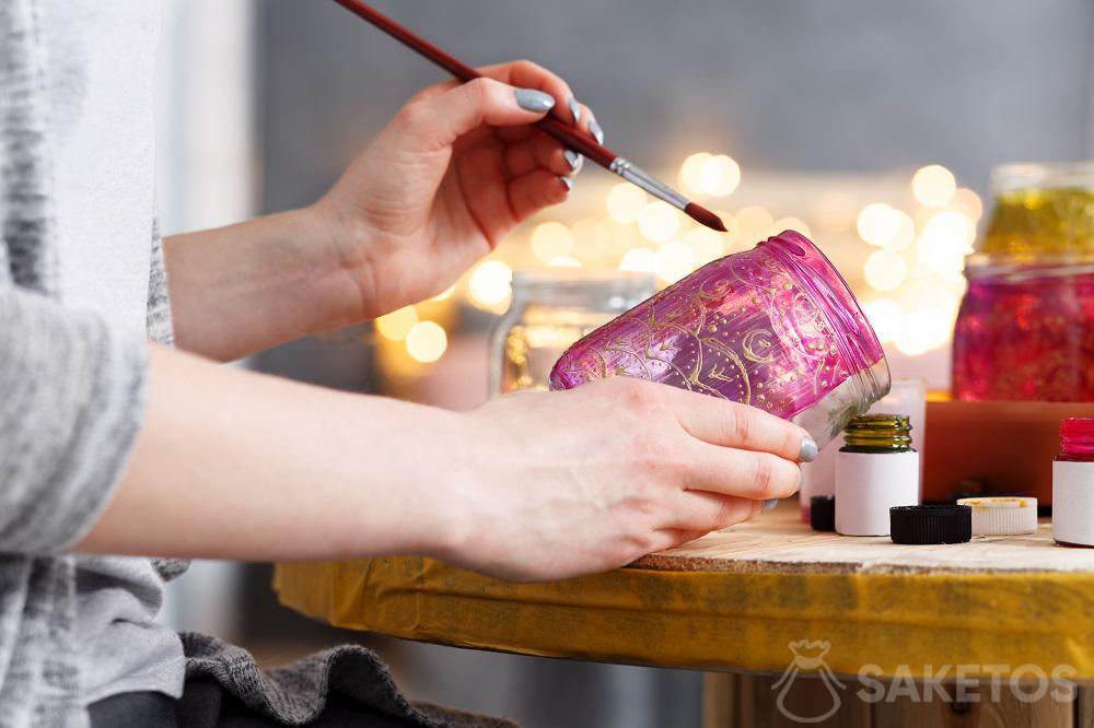 Decorazioni creative per la casa: puoi creare con le tue mani diverse belle cose, ad es. un barattolo dipinto per fiori o candele