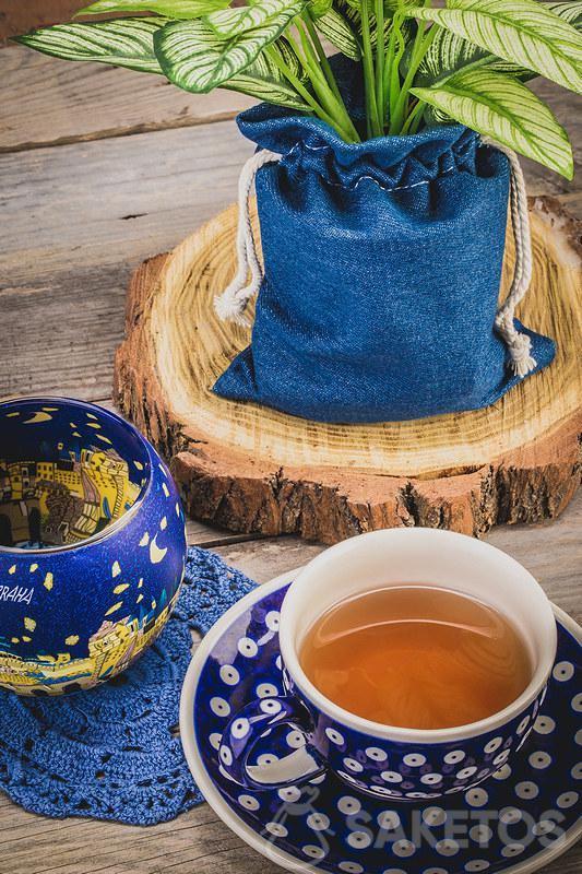 Tazzina di tè in ceramica e sacchetto di jeans per vasi