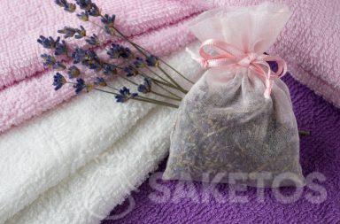 Un sacchetto profumato con lavanda conferisce agli asciugamani un piacevole profumo e assicura protezione dalle tarme