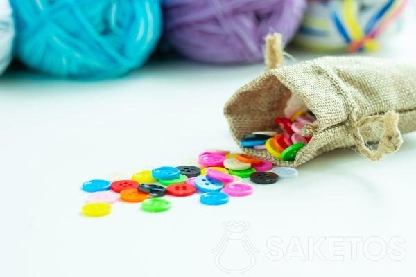 Bottoncini colorati in un sacchetto di iuta