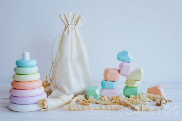 Aiuti in stile Montessori in un eco-sacchetto di lino