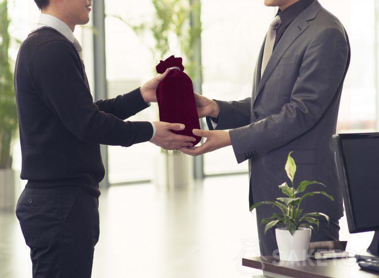 Bevanda alcolica da regalare confezionata in un sacchetto di velluto