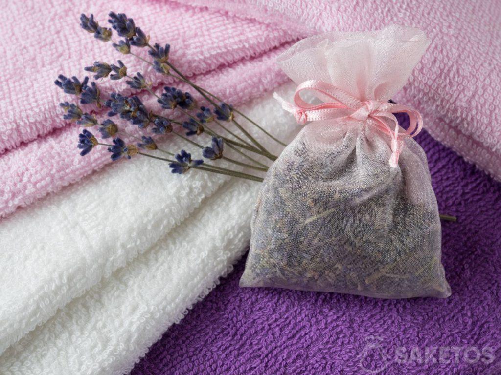 Una bustina profumata alla lavanda darà agli asciugamani un piacevole profumo e proteggerà dalle tarme
