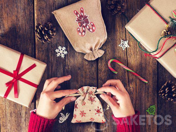 I sacchetti in tessuto sono la risposta perfetta alla domanda: come confezionare in modo grazioso i regali per le feste?