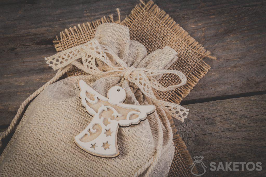 Un sacchetto di lino legato con un nastrino a fiocco e un ciondolo decorativo