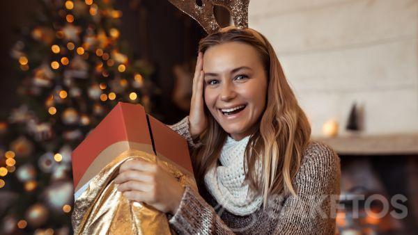 Un elegante sacchettino dorato per confezionare un regalo natalizio