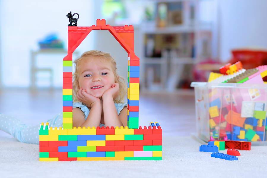 5.Un bambina che gioca con i mattoncini
