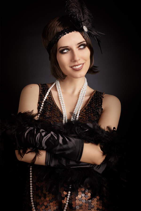 XX secolo: guanti di raso alla moda Donna vestita in stile retrò con lunghi guanti di raso