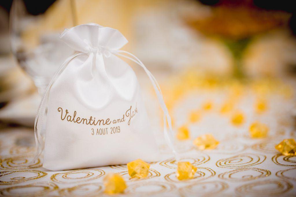 Sacchetto matrimoniale in raso bianco con stampa dorata