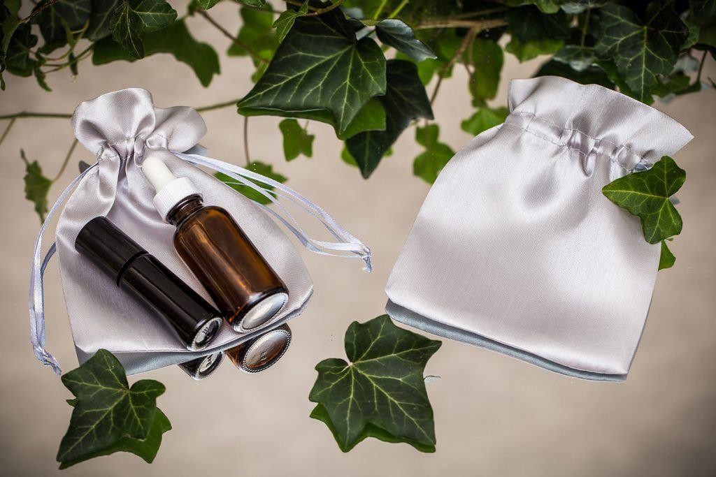 Eleganti sacchetti di raso per cosmetici
