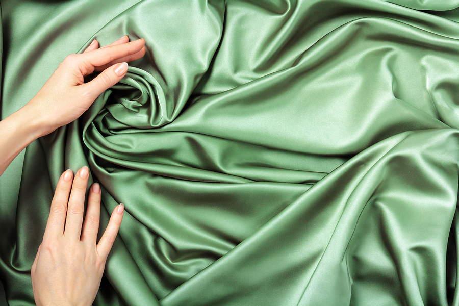 Cosa contraddistingue il tessuto di raso?