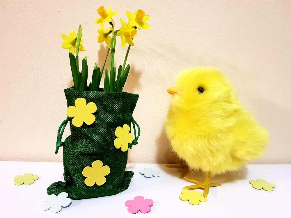 Sacchetto di Pasqua decorato con fiori adesivi