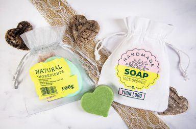 Una borsa con un logo come confezione per saponi fatti a mano