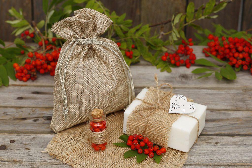 Il sapone bianco naturale si può decorare e confezionare come regalo in un sacchetto di iuta