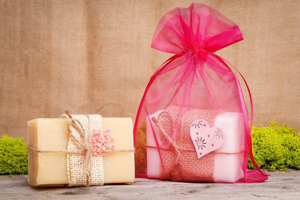 Sapone in un sacchetto di organza rosa