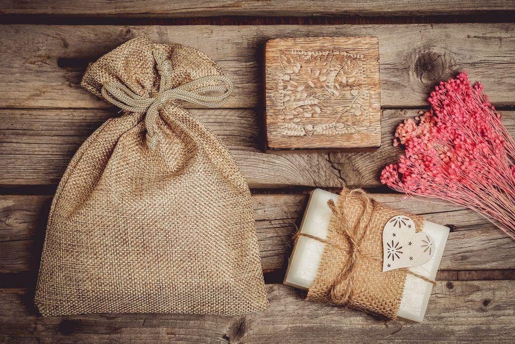 I cosmetici naturali, ad esempio un sapone fatto a mano, stanno benissimo confezionati in un sacchetto di iuta